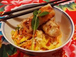 cuisiner des nems pékinoise et nems de poisson mariné recette de salade de nems