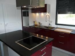 cuisine bordeaux laqué cuisine laque bordeaux plan de travail quartz noir contemporain