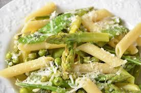 cuisiner des pois gourmands pasta primavera asperges petits pois pois gourmands et parmesan