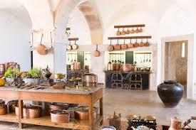 vieux ustensiles de cuisine intérieur de cuisine rétro avec de vieux ustensiles de cuisine en