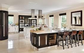 grande cuisine avec ilot central îlot central cuisine pour un intérieur convivial et lumineux