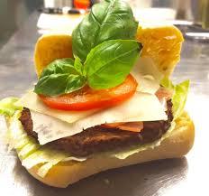 Milano Bad Nauheim Burger Caprese Mit Basilikumsosse Tomate Salat Basilikumblätter