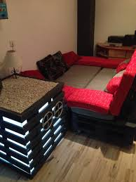 canapé lit en palette canapé et une table de chevet home cinema fait de palettesmeuble