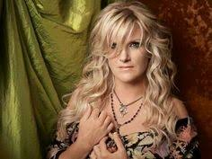 trisha yearwood short shaggy hairstyle seems so down to earth love watching her cooking show