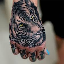 tigerkopf tattoo fingertattoo frau handtattoo hand trends