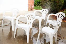 makeover idea for plain white plastic chairs using spray paint