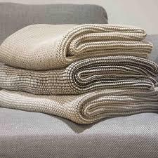 plaid beige canapé un plaid tout douillet beige et gris petit damier sur un canapé gris