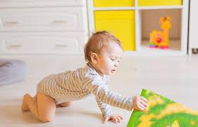 jeux de dans sa chambre jeux de bébé garçon dans sa chambre image stock image du amusement
