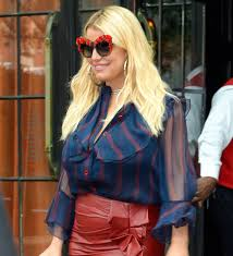jessica simpson steps out in another painful