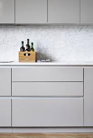 modern minimalist kitchen cabinets modernt kök med sten som stänkskydd studio karin minimal