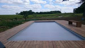 amenagement piscine exterieur terrasse contour piscine en ipé au bord des vignes terrasses en