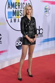 the weekends new haircut selena gomez goes blonde for the amas 234star