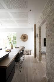 cuisine avec mur en décoration scandinave et murs en pierres apparentes
