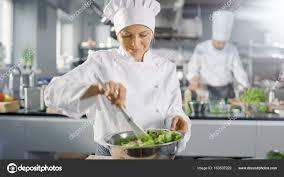 chefs de cuisine celebres dans un célèbre restaurant femelle cuisinier prépare salade