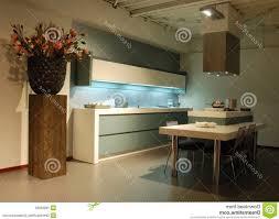truc de cuisine chaises noires avec coussin blanc couverture de crème classique