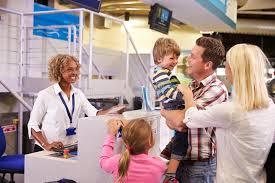 famille bureau la famille à l aéroport signent le bureau partant des vacances photo