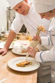 chef de cuisine femme femme chef de décoration de gâteau avec de la crème fouettée en