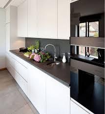 plan implantation cuisine plan de travail cuisine en granit et armoires blanches push open
