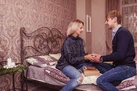 faire l amour dans la chambre couples dans l amour dans la chambre à coucher image stock image