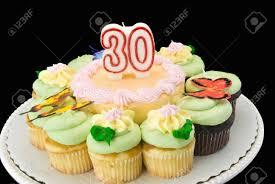 decoration cupcake anniversaire gâteau d u0027anniversaire entouré de petits gâteaux au chocolat et