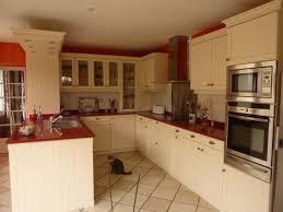 cuisine beige et cuisine modèle cottage avec portes en chêne massif coloris beige