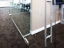 glass partition wall with a glazed fin at the end of a solid
