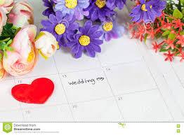 calendrier mariage mariage de word sur le calendrier avec les fleurs douces photo