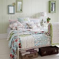 schlafzimmer vintage land schlafzimmer mit eisenbett und patchwork wohnideen living