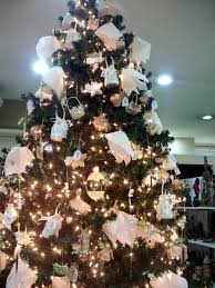 christmas tree decorations with white ribbons ne wall