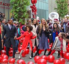 Seeking Balloon Cast Cameron Diaz Sparkles As She Joins Cast Mates To Perform