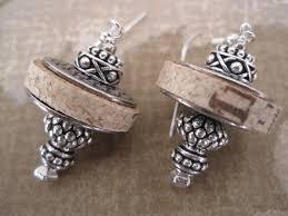 tappeto con tappi di sughero orecchini di sughero vino con accenti d argento