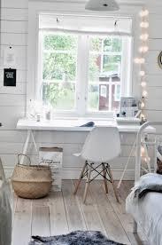 bureau lumineux petit bureau scandinave blanc aménagé avec une table blanche une