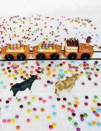 gateau anniversaire animaux gâteau d u0027anniversaire train pour 20 personnes recettes elle à table