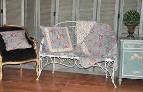 boutis canapé jeté de canapé en boutis bleu roses anglaises demeure et jardin