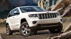 jeep grand cherokee trailhawk 2014 2013 jeep grand cherokee trailhawk white driving in line