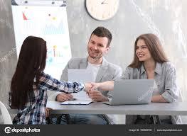 bureau des ressources humaines femme entrevue dans bureau commission ressources humaines