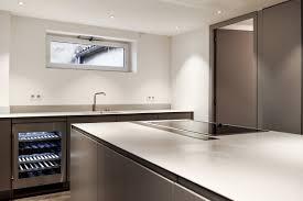cuisine et plan de travail de cuisine et îlot avec plaque de cuisson intégrée