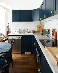 meuble cuisine bleu meubles de cuisine bleu marine et boutons de portes dorés julie