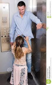 l amour dans le bureau amour à l ascenseur de bureau image stock image du robuste