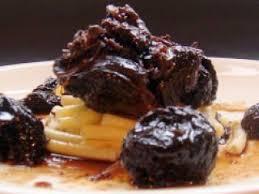 cuisiner de la joue de boeuf joue de boeuf confite aux pruneaux recette ptitchef