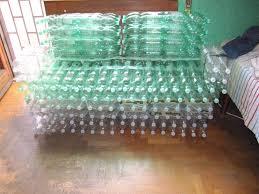 divanetti fai da te bottle sofa divano di bottiglie di plastica riciclate ecoglobo it