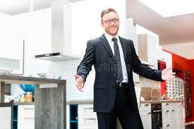vendeur cuisine vendeur dans la salle d exposition de meubles de cuisine domestique