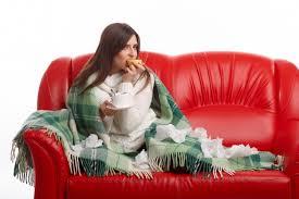 canape bouche femme assise sur le canapé avec un citron dans la bouche