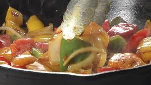 cuisiner le poivron vert faire la cuisine sauté de légumes rôtir hd stock 921