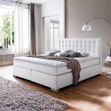 Schlafzimmer Gestalten Boxspringbett Ein Amerikanisches Bett In Weiß Aus Kunstleder Auf Pharao24 De