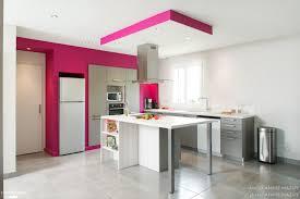 seconde de cuisine une cuisine ouverte avec îlot central et touche de couleur