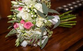 wedding flowers on a budget 5 ways to maximize a wedding budget with diy wedding flowers