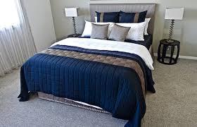 lit pour chambre un linge de lit pour protéger la literie et pour décorer une chambre