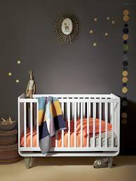 chambré bébé lit bébé neonid à barreaux chambre bébé mur gris foncé fait