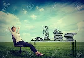 le bureau verte femme d affaires de détente assis dans le bureau au milieu d